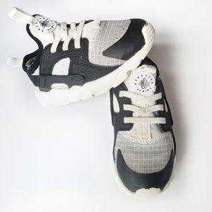 Nike Huarache black + white toddler boys size 10C
